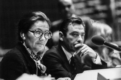 Simone Weil en 1979, à la présidence du Parlement européen à Strasbourg (illustration - Photo de Claude Truong-Ngoc / Wikimedia Commons - cc-by-sa-3.0),