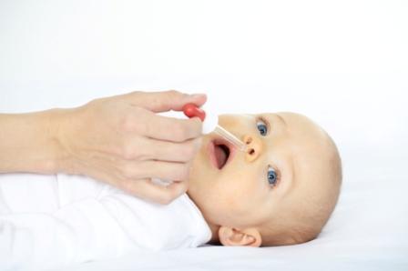 Dans la rhinopharyngite aiguë, les solutions de lavage nasal sont d'autant plus nécessaires que l'enfant est plus jeune.