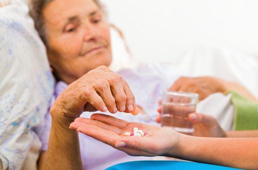 En fin de vie, les médicaments peuvent se multiplier alors que le corps s'affaiblit (illustration).