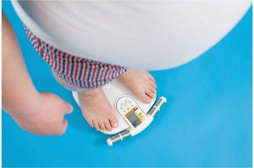 L'obésité est définie par un IMC supérieur ou égal à 30 kg/m2 et le surpoids par un IMC compris entre 27 kg/m2 et 30 kg/m2.