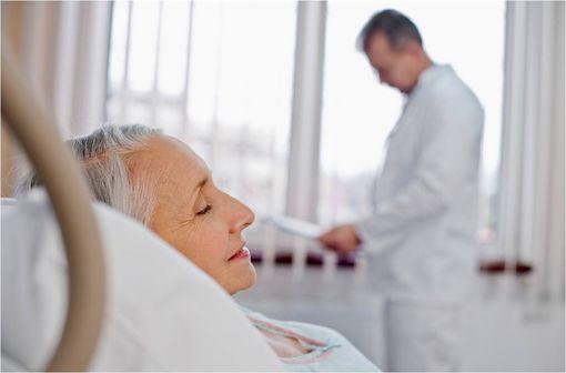 La posologie initiale de THALIDOMIDE CELGENE doit désormais être réduite à 100 mg/jour dans la prise en charge du myélome multiple non traité chez les patients de plus de 75 ans (illustration).