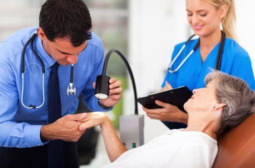 TOCTINO est indiqué chez l'adulte atteint d'eczéma chronique sévère des mains, ne répondant pas au traitement par dermocorticoïdes puissants (illustration).