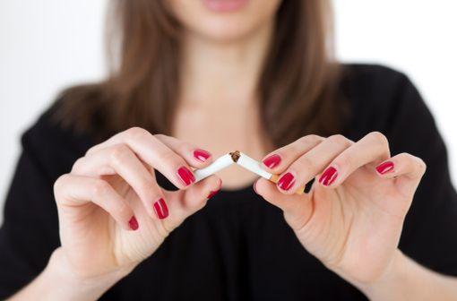 L'arrêt du tabagisme de masse est une priorité de santé publique, d'où la recherche et l'évaluation permanente de nouveaux moyens thérapeutiques efficaces et bien tolérés, médicamenteux ou non (illustration).