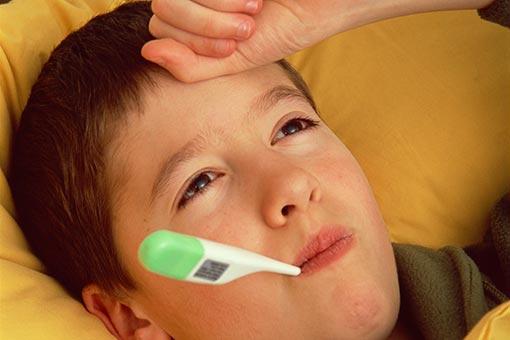 La posologie d'ibuprofène est fonction du poids de l'enfant (illustration)