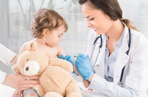 VAXIGRIPTETRA est indiqué pour l'immunisation active contre la grippe des adultes et des enfants à partir de 6 mois (illustration).