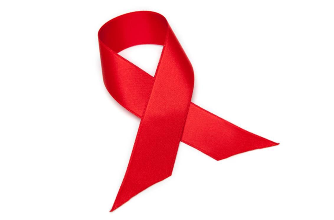 Le ruban rouge, symbole international de solidarité vis-à-vis des victimes du VIH et du sida.