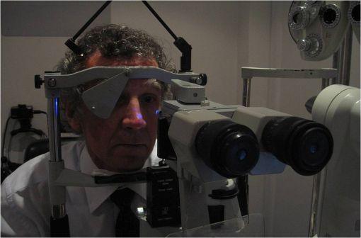 Mesure de la pression intra-oculaire au moyen d'un tonomètre (illustration @Jason7825 sur Wikimédia).