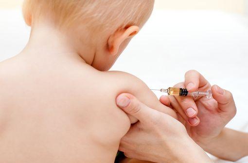 Pour limiter les répercussions des ruptures de stock sur la vaccination des nourrissons et des enfants, il est recommandé de privilégier si possible le recours aux vaccins hexavalents (illustration).