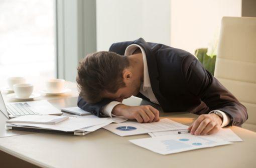 En cas de narcolepsie, l'individu ressent une extrême fatigue et peut s'endormir involontairement à un moment non adapté, comme au travail, à l'école, ou dans la rue (illustration)