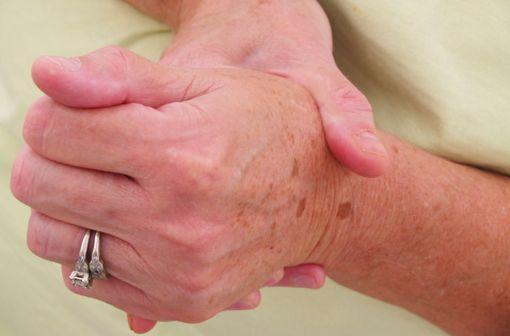 L\'arthrose se manifeste par une gêne et des douleurs articulaires pouvant devenir handicapantes.