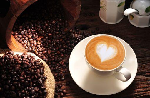 Latte Art (café au lait chauffé à la vapeur traçant des motifs - illustration).