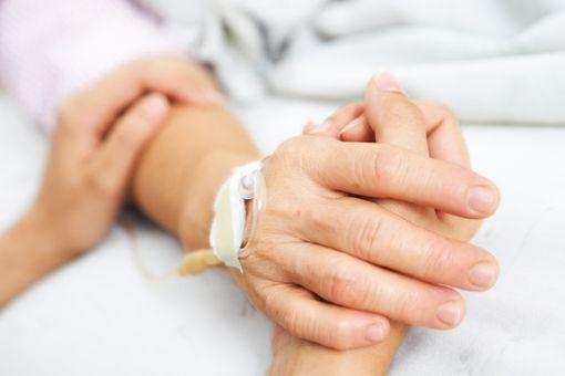 Le CCNE préconise avant tout d'améliorer les conditions actuelles de la fin de vie des patients.