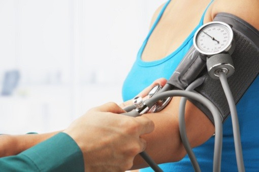 L'olmésartan est utilisé, seul ou en association à l'amlodipine, ou à l'hydrochlorothiazide, dans la prise en charge de l'hypertension.