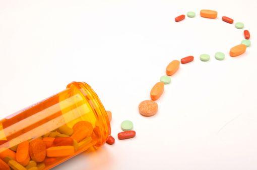Pour un même médicament, la forme et la couleur des génériques peuvent changer selon le fabriquant (illustration).