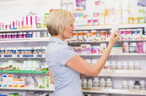 Les médicaments inscrits sur la liste de médication officinale peuvent être placés en accès libre dans les pharmacies (illustration).