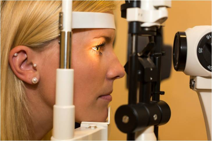 La myopie forte se complique, dans 5 % des cas, par une néovascularisation choroïdienne  entraînant une baisse progressive et irréversible de l'acuité visuelle.