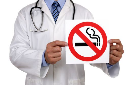 Les professionnels de santé disposent d'outils, médicamenteux ou non, pour tenter d'aider les fumeurs à se sevrer.